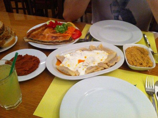 Fıccın: Délicieux!!! Raviolis, meat pastry, poulet-grenoble-ail, poivrons...