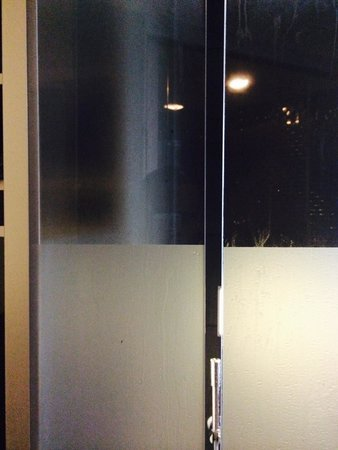Clarion Collection Hotel No 13: Large gaps between glass partitions means wet floors
