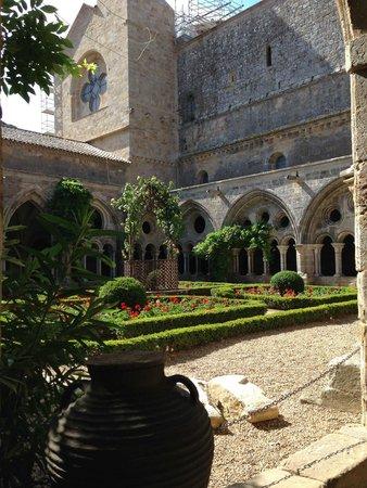 Abbaye de Fontfroide : the cloister courtyard