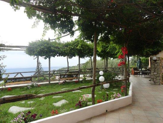 Hotel Il Girasole: Galeria o patio donde dan las habitaciones