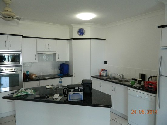 Beachfront Apartments on Trinity Beach: kitchen