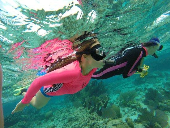 Grumpy & Happy : Gwen snorkeling with Jolene