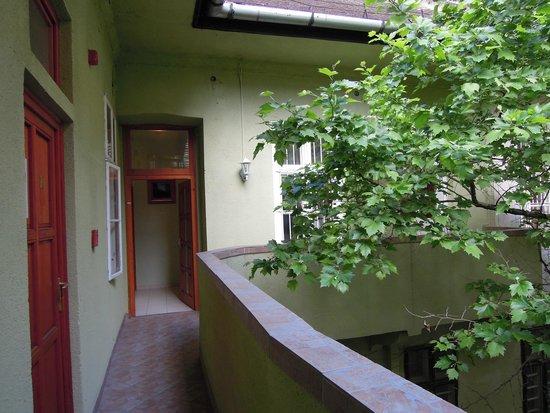 Central Green Hotel: Il corridoio interno all'hotel dove la sera si sentono schiamazzi