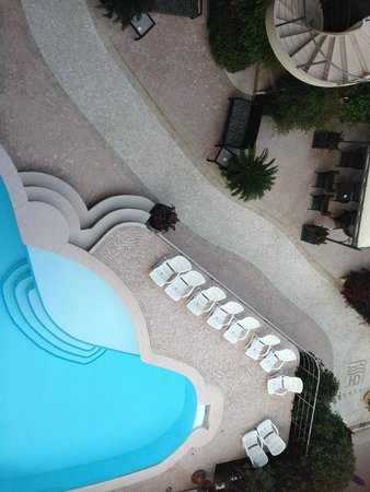 Hotel Desenzano: Pool by day