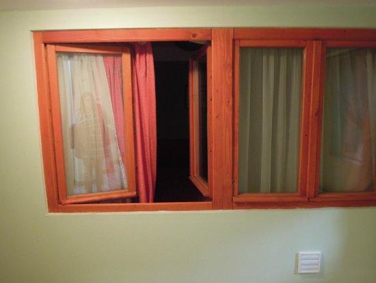 Central Green Hotel: La finestra della camera che affaccia sul corridoio interno senza cancellate