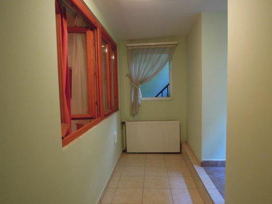 Central Green Hotel : L'affaccio sul corridio della finestra della camera