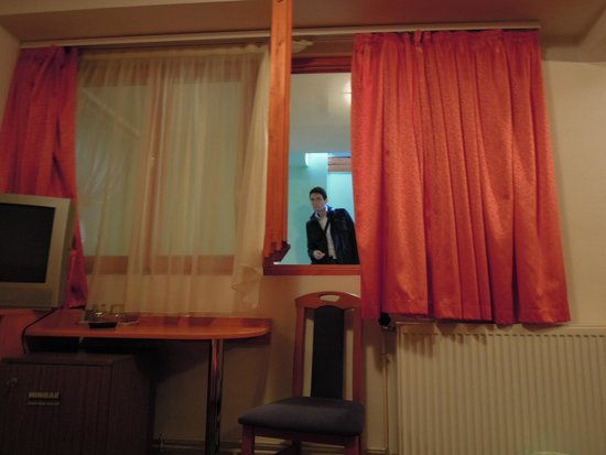 Central Green Hotel : L'unica finestra della camera che affaccia, senza cancellate, sul corridoio interno