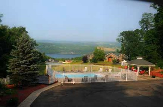 Longhouse Manor Bed & Breakfast: Pool and view of Seneca Lake