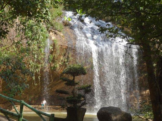 Linh Phuoc Pagoda: Водопад