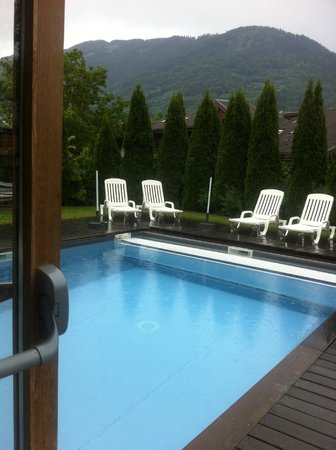 Hotel le Morillon: Pool on a grey day!
