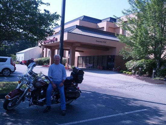 Hampton Inn Portland Airport: parked out front. Beautiful landscaping too.