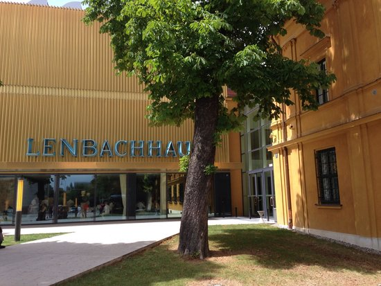 Städtische Galerie im Lenbachhaus: Museum Eingang.