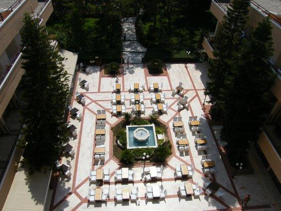 Larissa Club Saphire Hotel: Вид на столики для еды