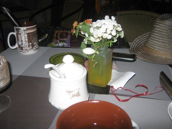 Flora's Chocolate and Wine : Cute table decoration