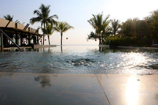 Chongfah Beach Resort : Infinity pool
