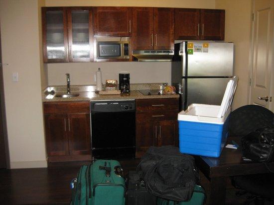 HYATT House Richmond-West: Kitchen Area