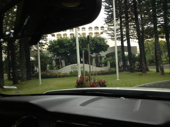 Fairmont Kea Lani, Maui: Entering hotel