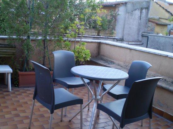 Hotel Lazzari: tavolo e sedie sulla terrazza