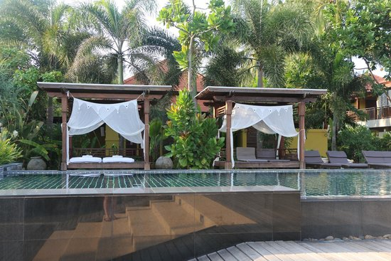 Chongfah Beach Resort: massages by the pool