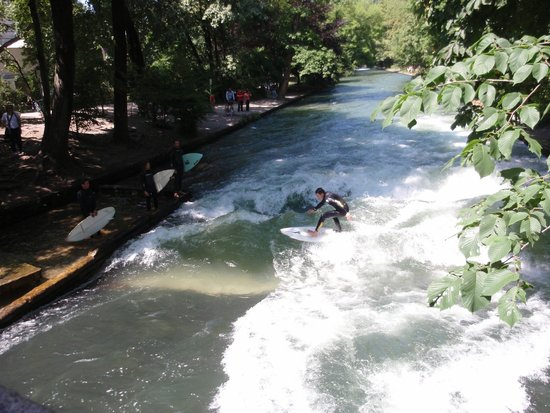 Jardín inglés: Surfers on the river at English Garden