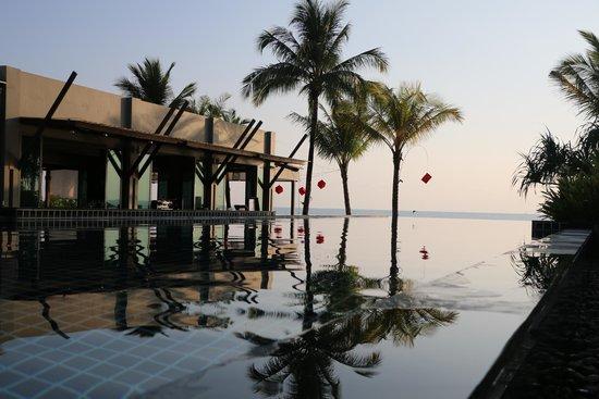 Chongfah Beach Resort : pool and restaurant
