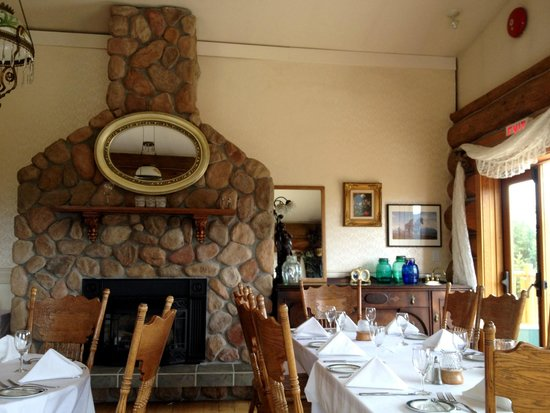 Spruce Hill Resort & Spa : Portion of dining room in 1871 House
