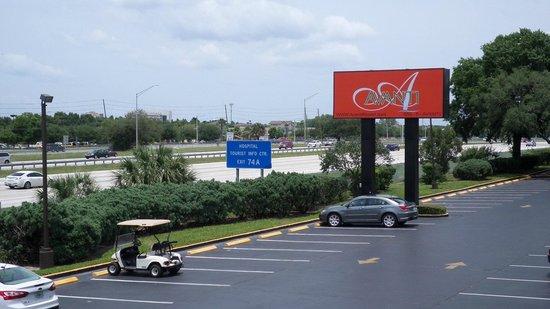 Avanti International Resort : atravessando a estrada ja se ve o WallMart