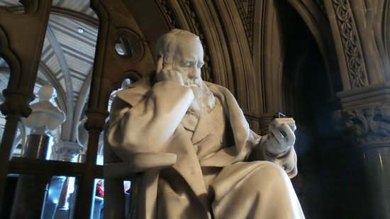 Manchester Town Hall: Interesting statue