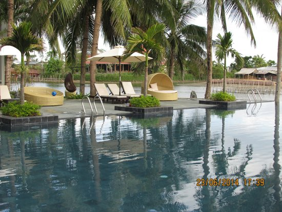 Hoi An Beach Resort: Infinity pool area