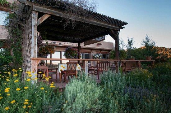 Leroux Creek Inn : Back porch breakfast overlooking vineyard