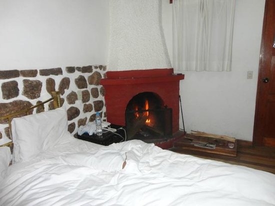 El Andariego: Fireplace in room