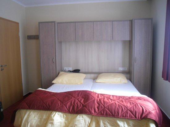 Hotel du Commerce : room