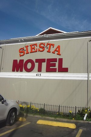 Siesta Motel Colfax: Sign out front, can't miss the motel