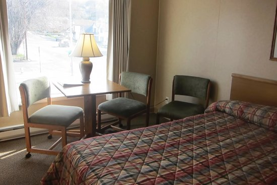 Siesta Motel Colfax: Upstairs corner room had a little table for writing or reading.