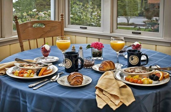 Blue Goose Inn Bed and Breakfast: Breakfast on the Sun Porch