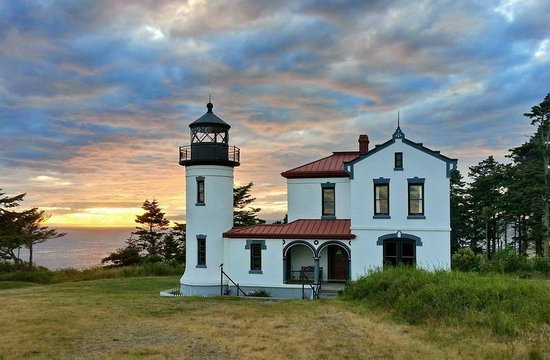 Blue Goose Inn Bed and Breakfast: Admiralty Head Lighthouse at Sunset