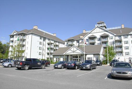 Residence Inn by Marriott Gravenhurst Muskoka Wharf: Hotel entrance  and Parking area