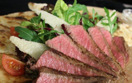 Restaurant Pizzeria & Steakhouse Anny: Unsere Spezialität des Hauses / Tagliata mit Rosmarinfocaccia und bunten Salaten