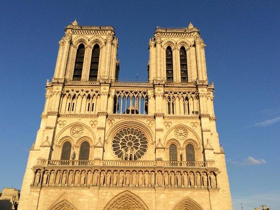 Notre-Dame de Paris: ノートルダム大聖堂。6月の夜8時過ぎ