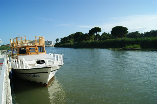 River Garden Holiday Village: река и кораблик, который раньше возил на пляж