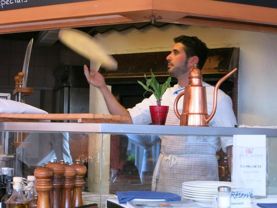 Citta Vecchia: Hand tossing our pizza.