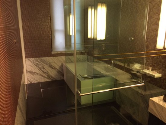 Yuehe Kezhan Hotel : Bath was big and shower very powerful , design if bathroom is very well thought out