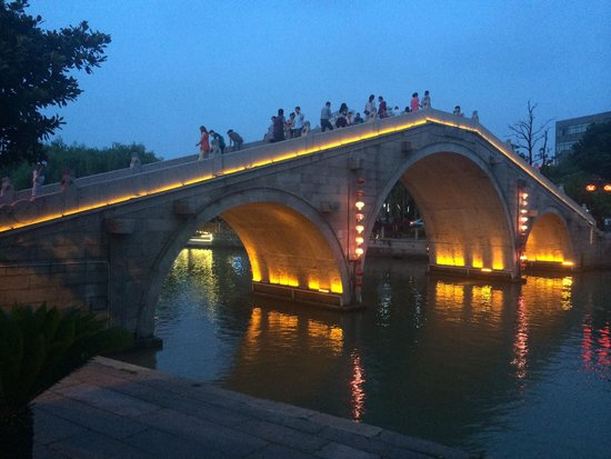 Yuehe Kezhan Hotel : The bridge near bar street