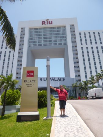 Hotel Riu Palace Peninsula: Frente do hotel.