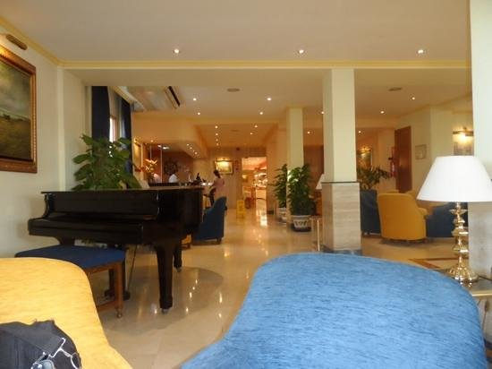 Las Arenas Hotel : view from recetion seating area through to restaurant