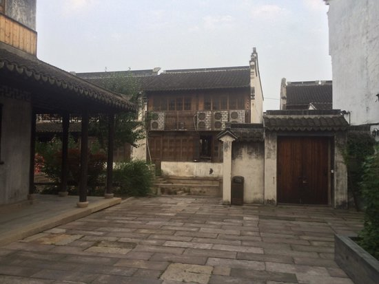 Yuehe Kezhan Hotel : Entrance from hotel to the bar street, you can only go back through once entered if you have you