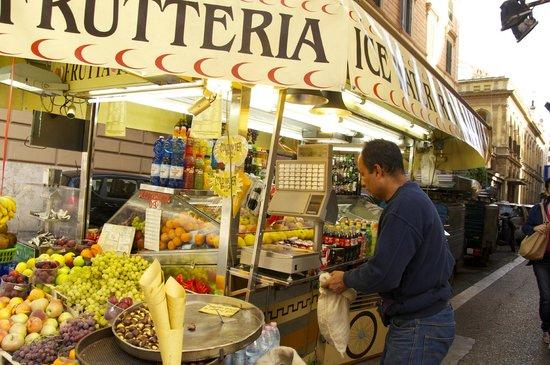 iQ Hotel Roma: Vendor on Street near IQ Hotel
