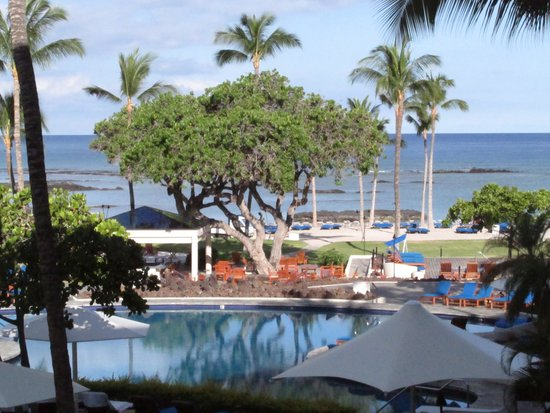 Mauna Lani Bay Hotel & Bungalows: view from the lobby overlooking the pool resort