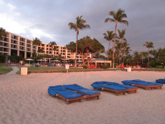 Mauna Lani Bay Hotel & Bungalows: hotel looking from the beach