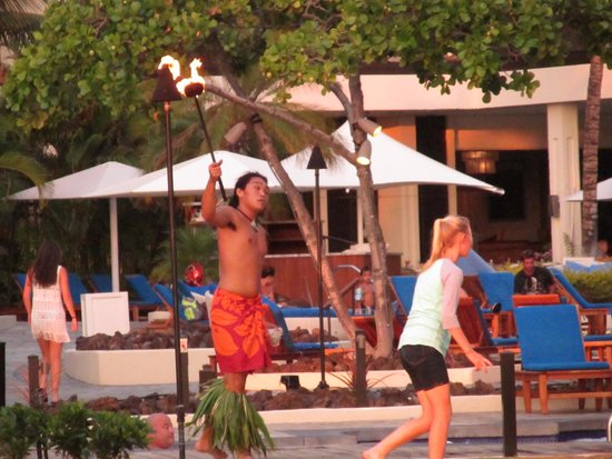 Mauna Lani Bay Hotel & Bungalows: guy blows a horn lights the torches on the property every night